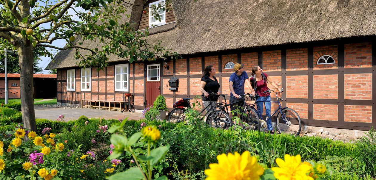 Das Heimathaus in Kutenholz mit Fahrradfahrern